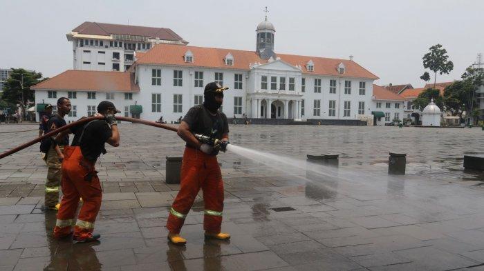 VIDEO: Tidak Ada Kebakaran, Tapi Kawasan Kota Tua Disemprot Damkar