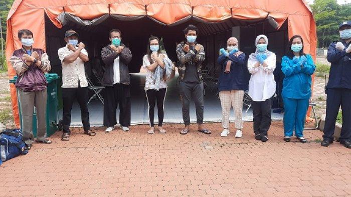 Tenaga Medis RLC Kota Tangsel bersama para penyintas covid-19 yang dipulangkan pada Jumat (6/11/2020). (Warta Kota/Rizki Amana)
