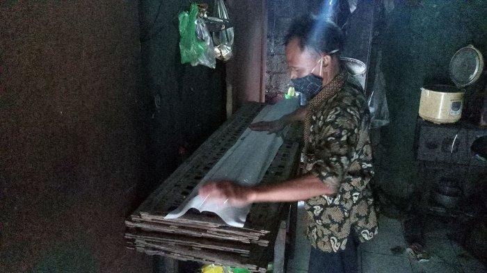 Perajin tempe, Sahir (50), membuat tempe di kawasan Buaran Indah, Kota Tangerang, Minggu (3/1/2021).