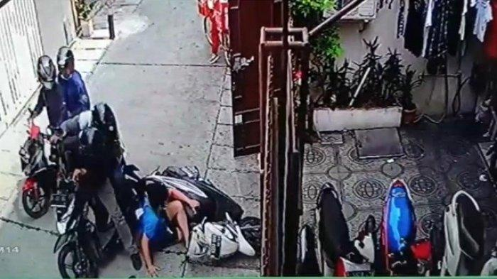 TEREKAM CCTV, Perampokan Sadis dengan Senjata Api Terjadi di Pademangan, Uang Rp 25 juta Raib