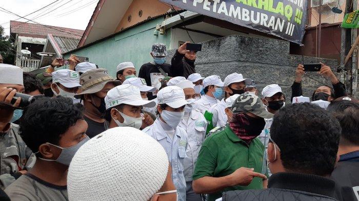 Suasana Memanas, Dihalangi Masuk Gang Rumah Habib Rizieq, Polisi Cekcok dengan Belasan Laskar FPI