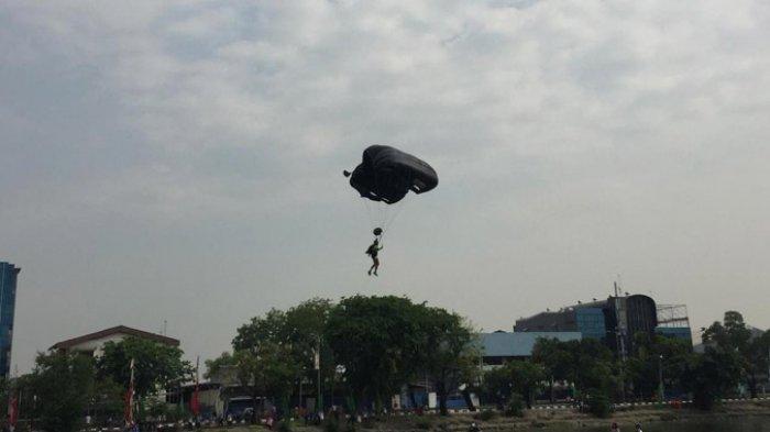 Ada Aksi Terjun Payung pada Peringatan Hari Sumpah Pemuda di Danau Sunter