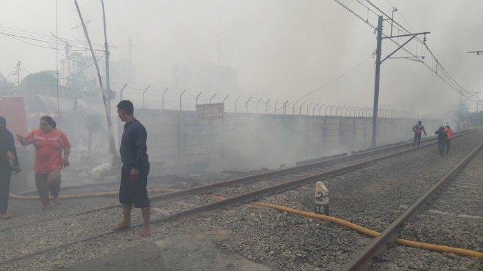 Terjadinya Kebakaran di Semanan Mengakibatkan Perjalanan KRL Bojong Indah-Kalideres Terganggu