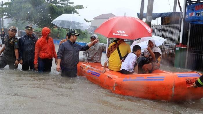 Wali Kota Tangerang Arief R Wismansyah langsung terjun ke lokasi banjir Tangerang di Periuk.