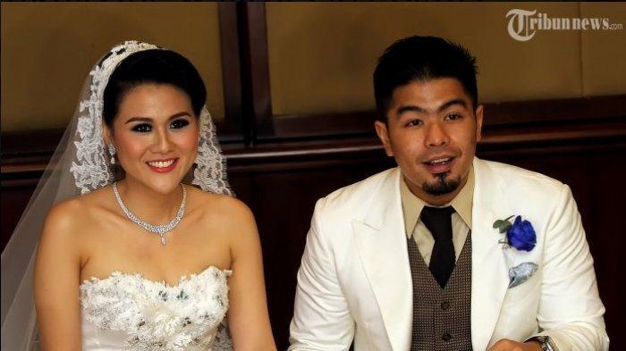 Bams eks SamsonS dan Mikhavita Wijaya saat menggelar resepsi pernikahan mereka di Hotel Grand Melia, Kuningan, Jakarta Selatan, Sabtu (18/1/2014). Bams dan Mikhavita menikah pada Jumat (17/1/2014) di Gereja GPIB Paulus, Menteng, Jakarta Pusat.