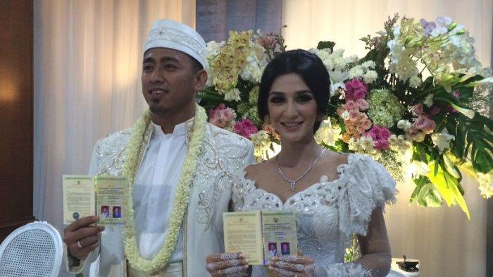 Pesinetron Fanny Ghassani dan Erwan saat menikah di RM Raden Bahari, Jalan Warung Jati Barat, Pasar Minggu, Jakarta Selatan, Sabtu (20/5/2017). uploader: pens
