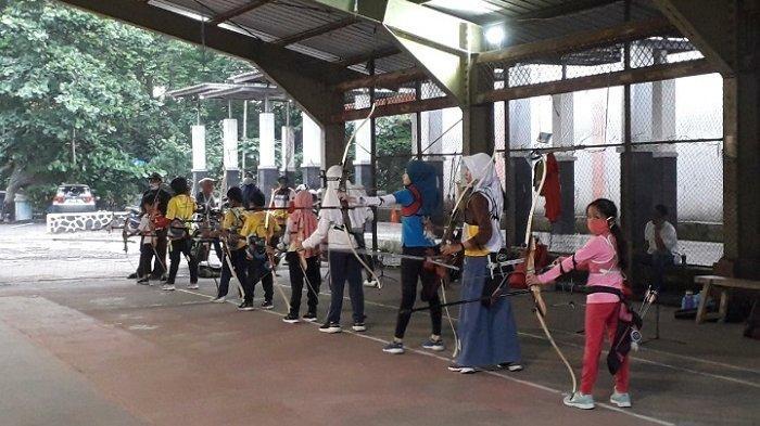 Atlet panahan dari Perpani Kota Bogor mulai berlatih kembali di GOR Pajajaran dengan menerapkan protokol kesehatan pencegahan penyebaran virus corona atau Covid-19.
