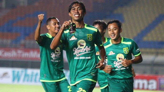 Ady Setiawan merayakan gol ke gawang Madura United bersama rekannya di Stadion Si Jalak Harupat, Soreang, Kab. Bandung, Minggu (28/3/2021) malam