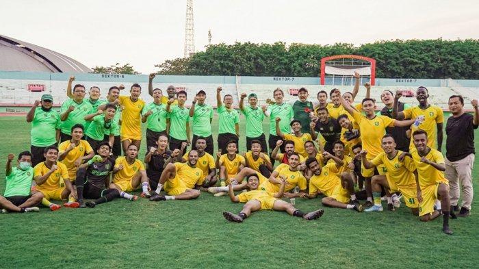Manajemen, pemain dan ofisial Tim Persebaya berfoto bersama usai latihan terakhir dan pemain diliburkan dan aktifitas klub juga berhenti sementara