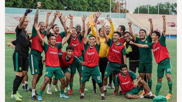 Para pemain Persebaya sebelum diliburkan oleh manajemen karena Liga 1 mandek
