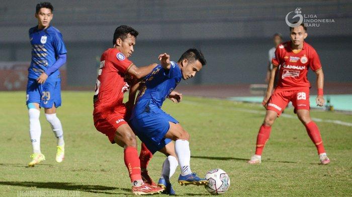 Gelandang Persija Jakarta, Osvaldo Haay (kiri) berebut bola dengan Finky Pasamba gelandang PSIS Semarang pada laga pekan kedua Liga 1 di Stadion Indomilk Arena, Tangerang, Minggu (12/9/2021) malam