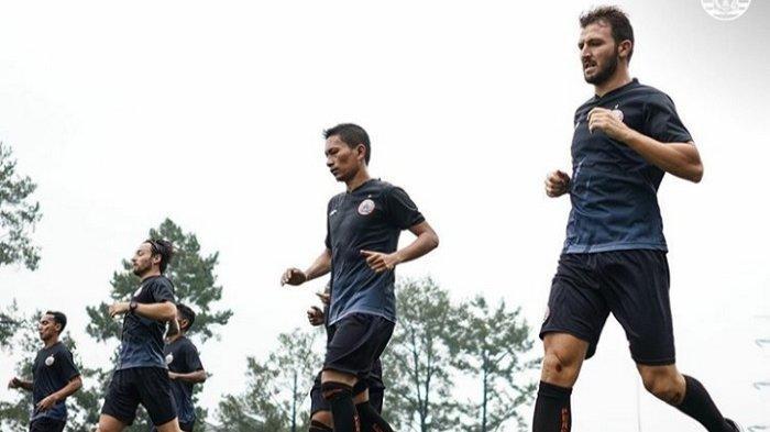 Marco Motta, Ismed Sofyan, dan pemain Persija Jakarta lainnya melakukan bleep test di sesi latihan Jumat (8/10/2020) pagi.