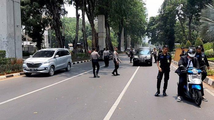 Jelang Pelantikan Presiden, Personel Keamanan Periksa Kendaraan yang Melintas di Kawasan Senayan