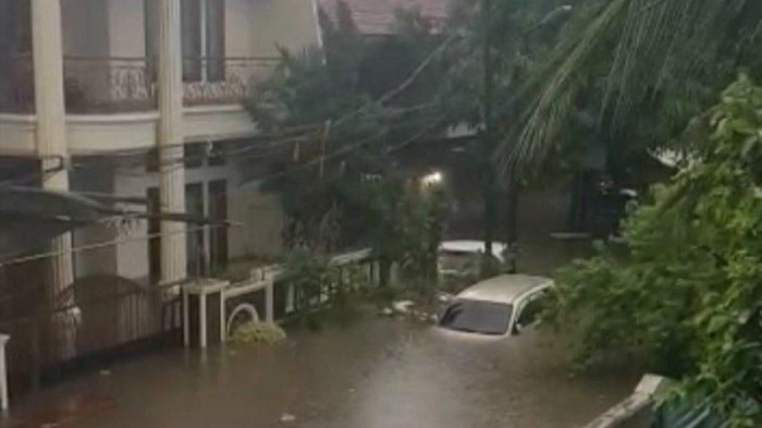 Rumah Oma Kebanjiran di Kelapa Gading City, Tina Toon dan Keluarga Terkurung Banjir