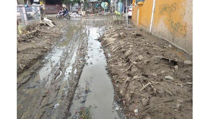 Proses Penanganan Lumpur dan Sampah Sisa Banjir di Perumahan Vila Nusa Indah Bogor Berjalan Lamban