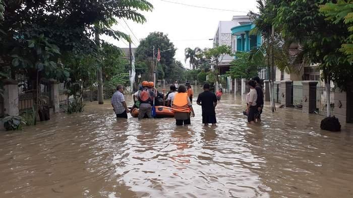 Ratusan Rumah di Perum Villa Jatirasa Masih Terendam, Pihak Kecamatan Kirim Nasi Bungkus