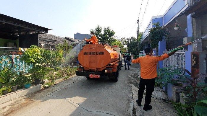 Hari ini, Perumahan Villa Mutiara Gading 1 RW 18, Desa Setia Asih, Kecamatan Tarumajaya, Kabupaten Bekasi disemprot cairan disinfektan, Rabu (9/7/2021).