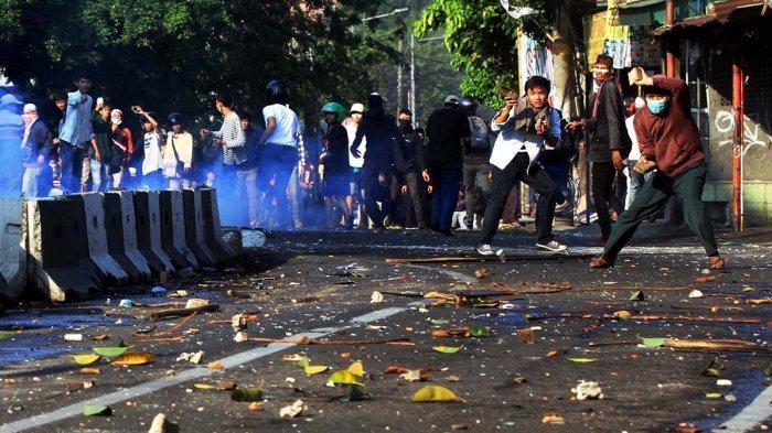 FOTO : Begini Aksi Para Perusuh yang Provokasi Polisi saat Aksi 22 Mei Lalu