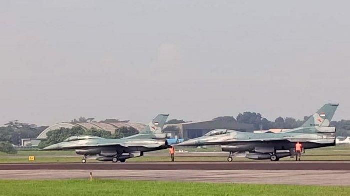 Awak darat Lanud Iswahjudi, Magetan, Jawa Timur, bersiap mengisi BBM pesawat tempur F-16