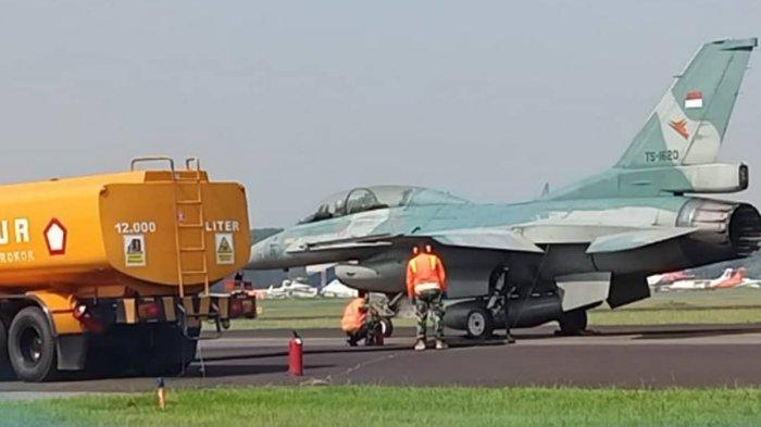 FOTO : Pesawat Tempur F-16 TNI AU Bisa Mengisi BBM Dengan Mesin Menyala
