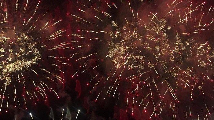 Walau Hujan Deras, Pengunjung Antusias Saksikan Pesta Kembang Api Tahun Baru 2020 di Ancol