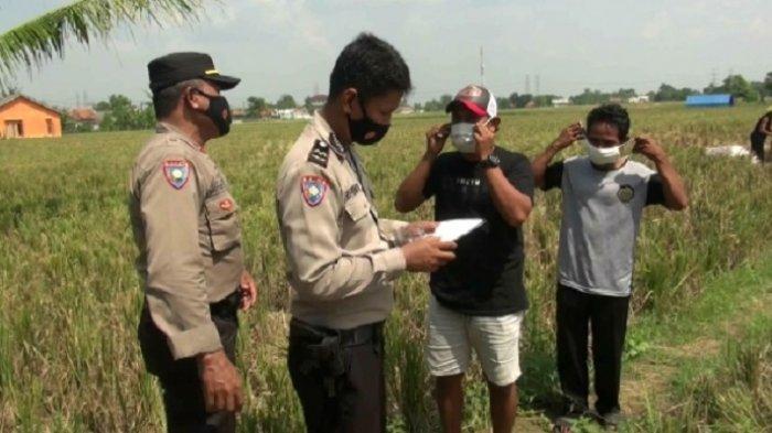 Polisi mendata para petani di Desa Suka Tenang untuk mendapatkan tes swab antigen gratis.