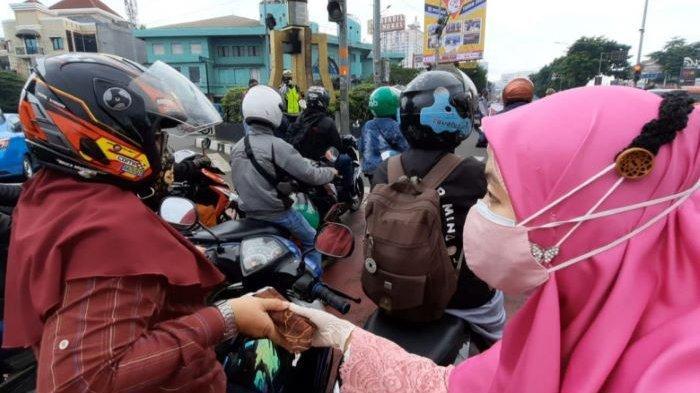 Gandeng Tim Cendrawasih, Tim Geulis, Srikandi Satpol PP dan DPKP, Dinas PAPMK Bagi-bagi Masker