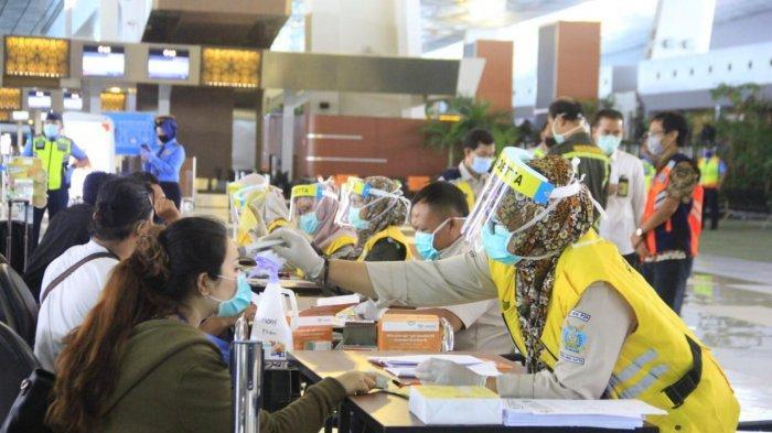 Petugas di Bandara Soekarno-Hatta sedang melakukan rapid test kepada penumpang.