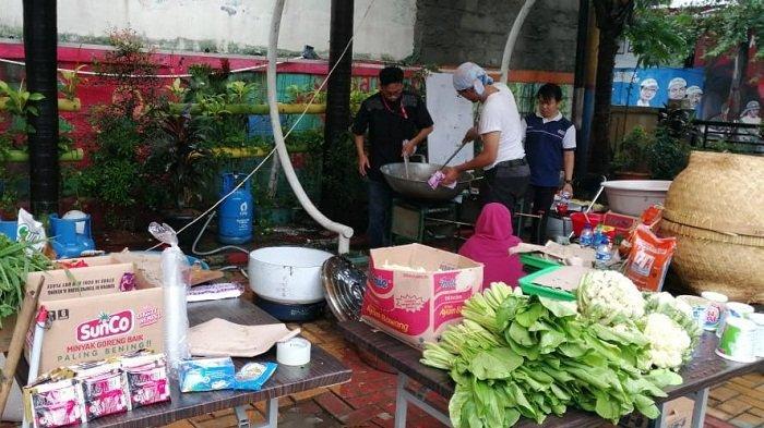 Dapur Umum Periuk Salurkan 1950 Nasi Bungkus untuk Korban Banjir Kota Tangerang