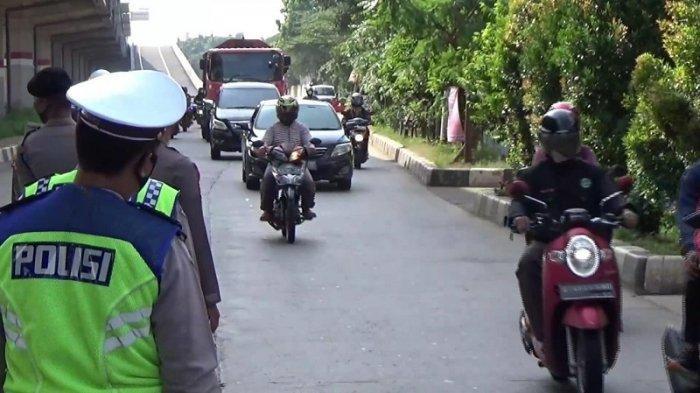 Hari Pertama Pengecekan SIKM, Semua kendaraan yang Lewat di Cek Poin Jalan Raya Kalimalang Plat B
