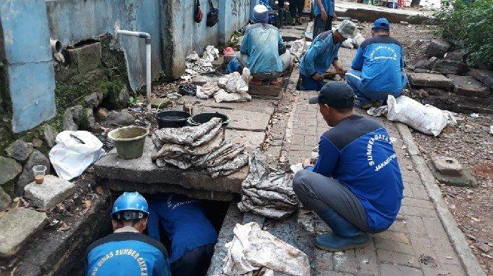 Dipenuhi Lumpur, Petugas SDA Lakukan Pengurusan Saluran Air di Tanah Abang