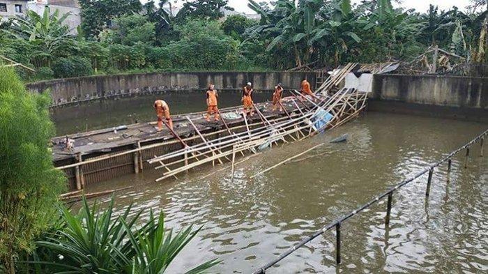 Tutup Aliran Kali Sunter, Dua Pemancingan di Cipinang Melayu Dibongkar Petugas