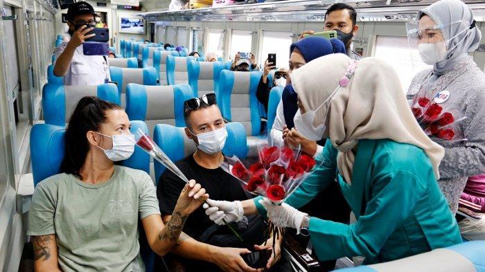 Peringati Hari Kartini, PT KAI Bagikan Bunga kepada Penumpang Kereta Api