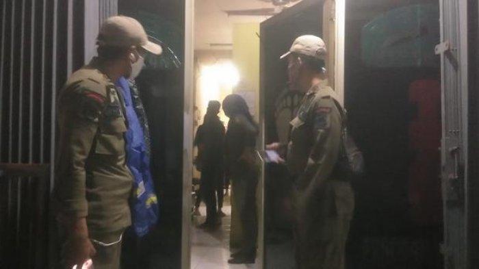 Petugas Satpol PP menggerebek sejumlah griya panti pijat yang bandel beroperasi saat PSBB.