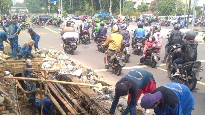 Petugas SDA Sawah Besar Benahi Saluran Mikro di Jalan Gunung Sahari Raya, Dikeruk dan Dirapikan