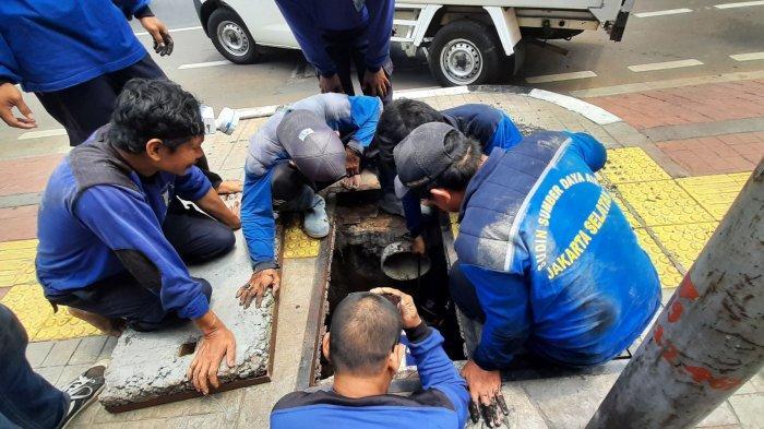 VIDEO: Lima Karung Penghambat Aliran Air di Gorong-Gorong Ditemukan di Panglima Polim