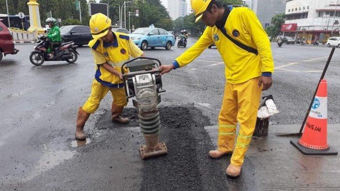 Ilustrasi perbaikan jalan rusak.