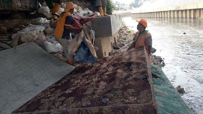 Masih Temukan Sofa dan Kasur di Kali, Petugas UPK Badan Air Tak Habis Pikir Lihat Sikap Warga