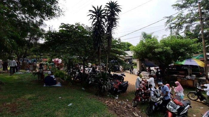 Jalan Kampung Jati II Macet Parah Terimbas Padatnya Peziarah TPU Jati Nusa Indah