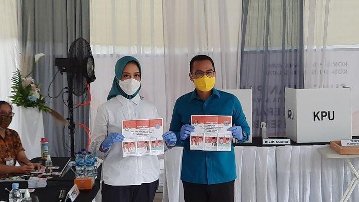 Calon Wakil Wali Kota Tangsel nomor urut 3, Pilar Saga Ichsan saat akan mengunakan hak suara ny di TPS 24 Sutera Narada, Pakulonan, Serpong Utara. (Warta Kota/Rizki Amana).