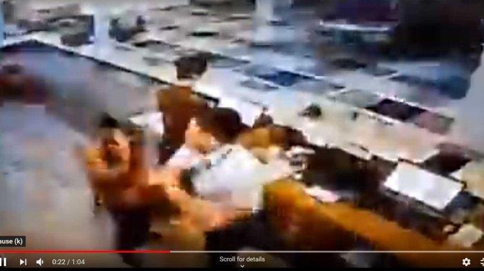 FOTO : Seorang Pria Diduga Pilot Tertangkap Kamera Pukul Resepsionis Hotel