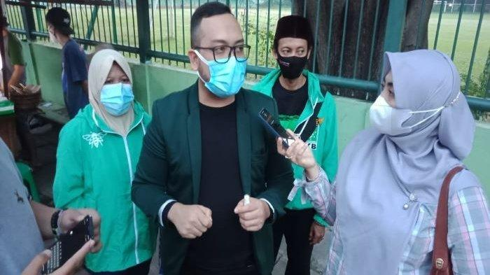 Dewan Pengurus Cabang (DPC) Partai Kebangkitan Bangsa (PKB) Jakarta Selatan bagikan takjil ke pengguna jalan.