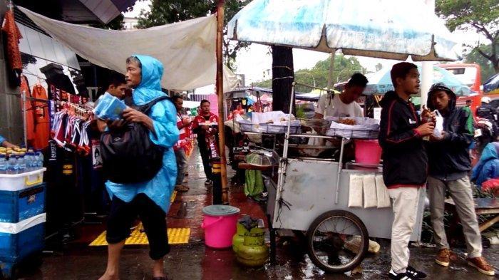 Biar Hujan, PKL di Gerbang Pemuda GBK Tetap Jualan, Jelang Persija vs Persebaya di SUGBK