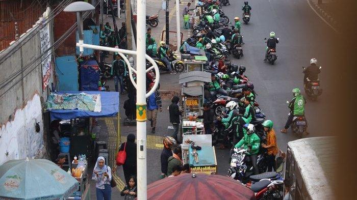 BERITA FOTO: Beginilah Gaya PKL saat Okupasi Trotoar di Kawasan Stasiun Palmerah