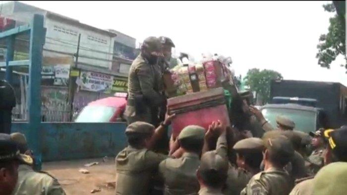 Satpol PP Tindak Tegas Kalangan PKL yang Mangkal di Trotoar Kramat Jati