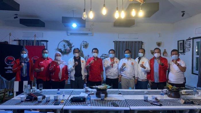 Ketua dan pengurus DPD PKS Kota Depok dan DPC PDIP Kota Depok berfoto bersama saat silaturahmi Cafe Poelang Kampoeng atau di kediaman ketua DPC PDI Perjuangan Hendrik Tangke Allo, Pancoran Mas, Kota Depok.