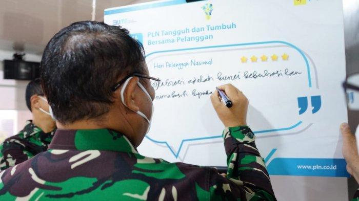 Kepala Rumah Sakit Kepresidenan Gatot Subroto, Letnan Jenderal TNI dr. Albertus Budi Sulistya, Sp.THT-KL., M.A.R.S membubuhkan testimoni saat menerima kunjungan PLN Unit Induk Distribusi Jakarta Raya dalam rangka Hari Pelanggan Nasional, Senin (6/9/2021).
