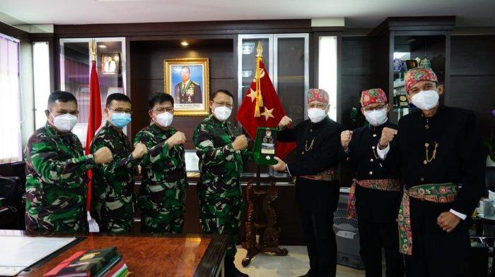 Kepala Rumah Sakit Kepresidenan Gatot Subroto, Letnan Jenderal TNI dr. Albertus Budi Sulistya, Sp.THT-KL., M.A.R.S dan jajarannya berfoto bersama saat menerima kunjungan PLN Unit Induk Distribusi Jakarta Raya dalam rangka Hari Pelanggan Nasional, Senin (6/9/2021).