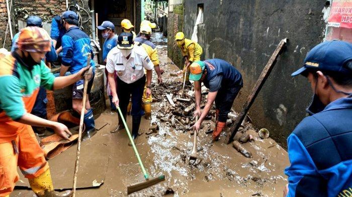 Gercep Pemulihan Pasca Banjir, Isnawa Adji Rebut Wiper Lantai Bersihkan Lumpur di Rawajati