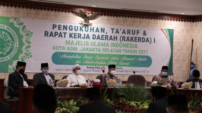 Plt Walikota Administrasi Isnawa Adji membuka kegiatan Rapat Kerja Daerah (Rakerda) Majelis Ulama Indonesia (MUI) Kota Administrasi Jakarta Selatan tahun 2021 di Kantor Wali Kota Jakarta Selatan, Kebayoran Baru, Jakarta Selatan pada Kamis (25/2/2021).